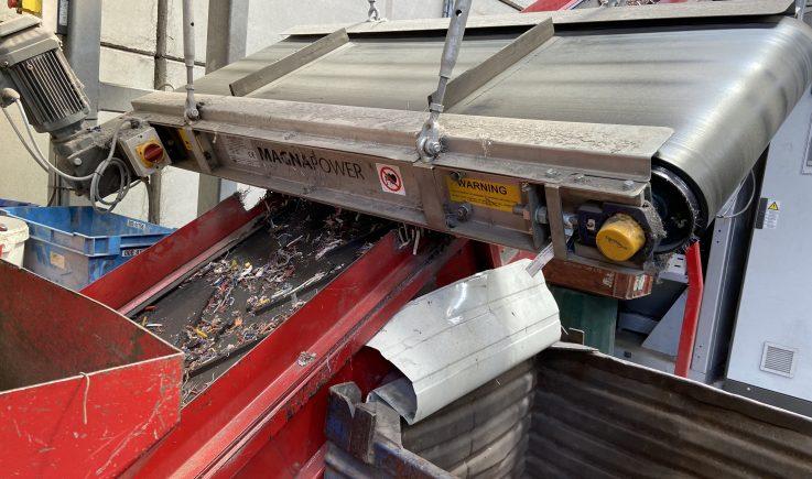 Crossbelt overband for ferrous separation before cable granulator
