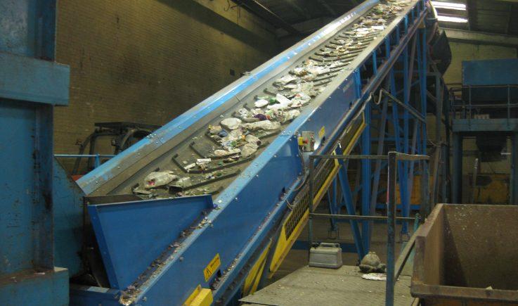 Heavy duty conveyor into trommel