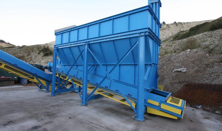 Hopper drag out conveyor