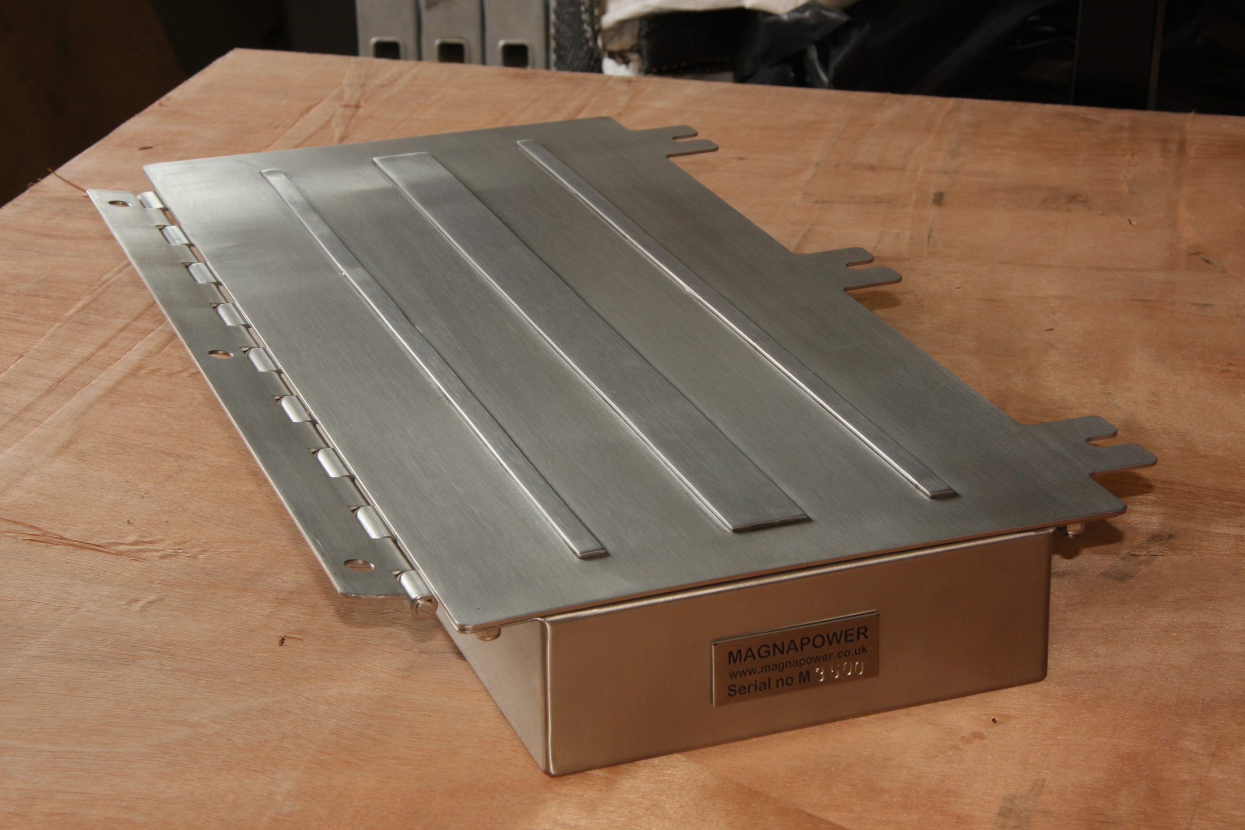 Plate magnet with stepped poles