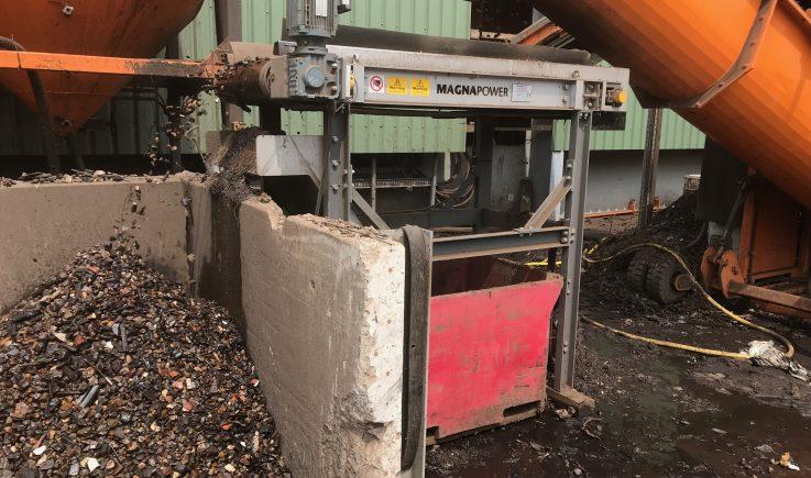 Short centred conveyor for ferrous separation
