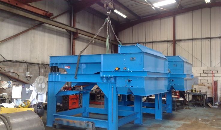 Vibratory feeders and drum magnets