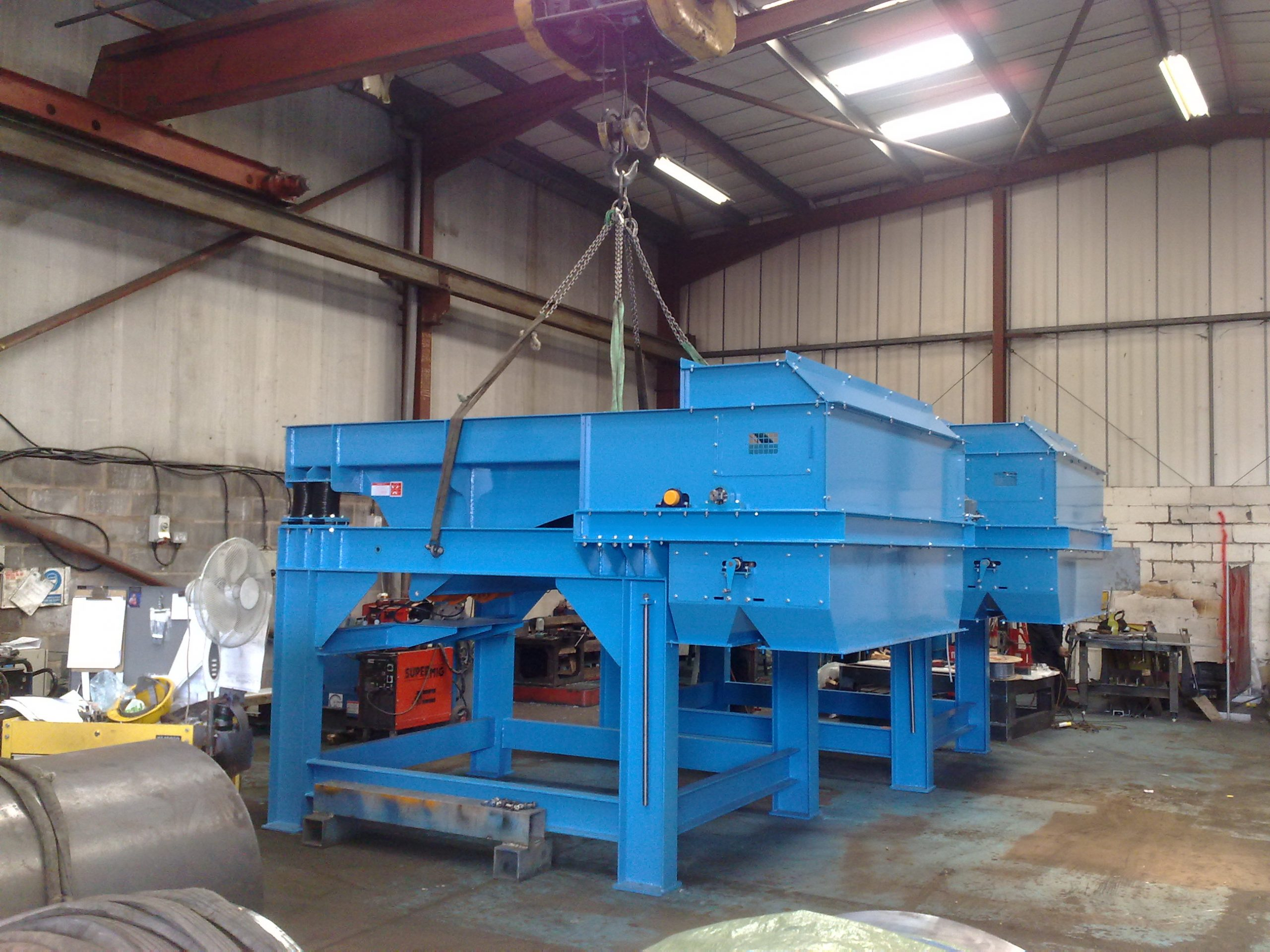 High intensity drum magnets with vibratory feeders